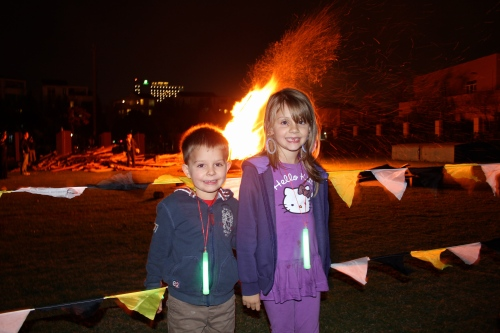 Oliver and Isabelle by the bonfire