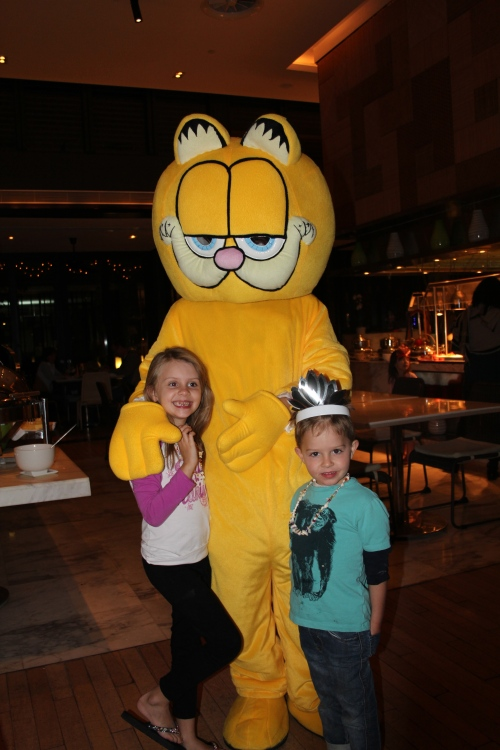 Garfield came to visit the kids at the restaurant.