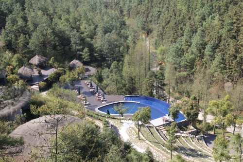 The pool shaped like a tea leaf.  The upper pool is heated, but the lower pool is not and was very cold!!
